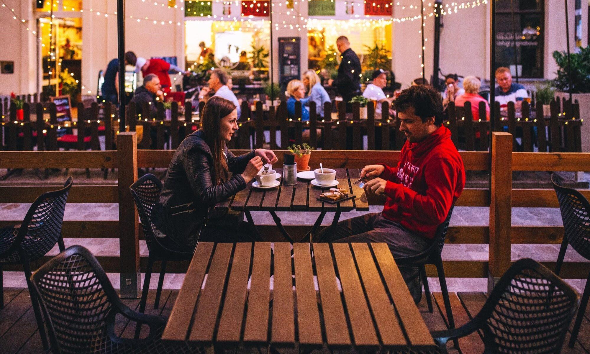 Junges Paar beim ersten Date